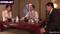 Сексуальная азиатка ебется с похотливым клиентом 1
